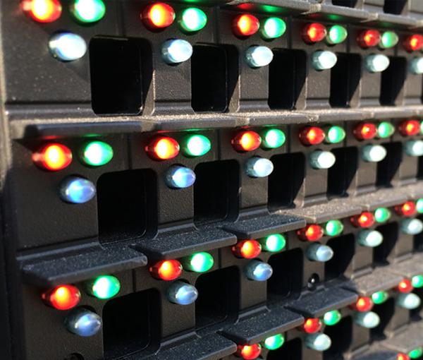 Специалисты компании Appollo Interactive установили светодиодную сетку яркостью более 7000 Кнд на стеклянный фасад офиса Сбербанка в г. Ростов-на-Дону.